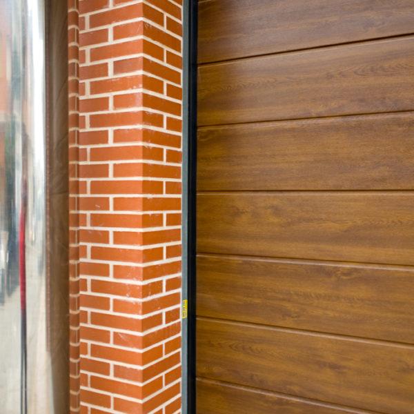 Puerta-Automática-Seccional-Acabado-Madera-Portaca